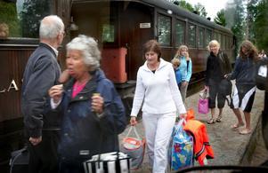 """Populärt utflyktsmål. Museibanan mellan Uppsala och Faringe i Roslagen är ett populärt utflyktsmål som varje sommar lockar stora skaror resenärer från när och fjärran. Här är det """"resandeutbyte"""" vid Marielunds station där många steg av ångtåget för att åka vidare med rälsbuss. Foto:Gunne Ramberg"""