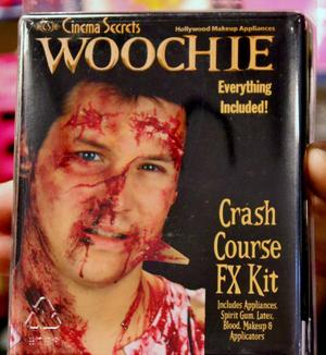 SPECIALEFFEKTER OCH MONSTERSMINK. Det finns färdiga kit där allt ingår för den som vill sminka till sig den rätta krasch-skadan inför halloween.