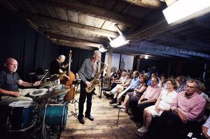 Tät stämning med jazz på logen. Gunnar Cyrén, Brazil, här i ett solonummer. Som synes var det fullsatt.