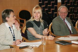 Ung röst om äldreboende. Jenny Breslin (S), mitten, vill prata samlingslokaler med Hyresgästföreningen. Hon omges här av Ann-Britt Ekh (S) och Leif Hansen (SRD).