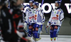 Daniel Andersson kramas om av Jesper Eriksson som nyligen skrev nytt treårskontrakt med Villa.