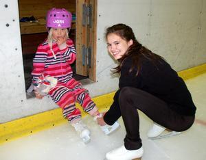 Josefin Buki knyter skridskorna åt sjuåriga Lisa.