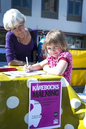 Fyraåriga Hilma Eriksson målade kårebockar med farmor Lill Hansson.