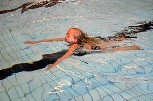 Lång sträcka. Elvira Gille i klass tre i Rönneshytta skola simmade tio längder bröstsim och två längder ryggsim.