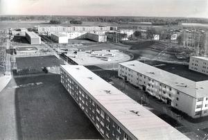 15 oktober 1971. Bjurhovda rymmer omkring 5 000 människor i färdigbyggt skick. Så många på en gång för att allting inte flyter friktionsfritt.