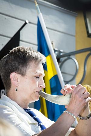 Kulturskolans Anne Pettersson blåste i kohorn.