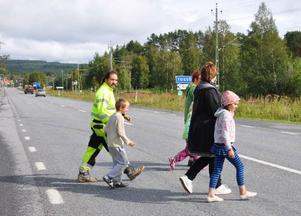 Att korsa E14 är läbbigt även mitt på dagen, tycker familjerna. Få bilister håller sig inom tillåtna 90 km/timmen, en hastighetskamera är det enda som skulle hjälpa, menar de.