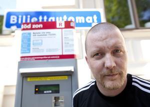 Bötfälld. Trots att Tommy Johansson löste två sms-biljetter vid p-automaten på Munkgatan fick han en p-bot på 400 kronor. Att betalningen inte gick fram berodde på att Telenor hade störningar på sin betalningsplattform den dagen.