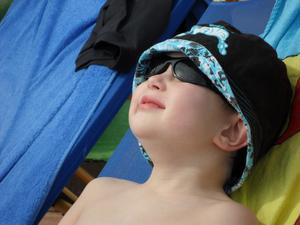 Min son Hannes ligger i solstolen och njuter av solen i Egypten (2012). En veckas semester gick fort och nu tjatar han om att vi ska åka tillbaka......