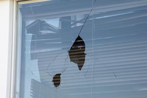 Två stenar kastades in genom fönstret.