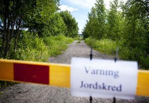 En förbipasserande privatperson upptäckte att vägen mellan Stugsundsudden och Faxeområdet är på väg att rasera.Foto: Jens L'Estrade