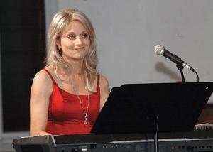 Carina E Nilsson från Stockholm ackompanjerade med sitt klaviatur.