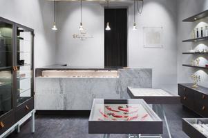 Arkitektritat. Sten och avskalad formgivning präglar butiken i Stockholm. Foto: Skultuna Messingsbruk