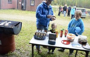 Lunchdags med motorklubbens KM-burgare. Pappa Per Kvarnström med sönerna Sebastian och Albin.