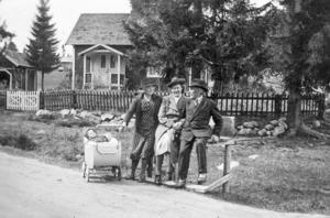 Gamla släktingar utanför Selmas stuga i Iste.