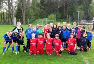 Huges P04 samlas efter ett av veckans träningspass. Några av spelarna var med i förra årets fotbollsskola med Liverpool vilket märks av de röda tröjorna. Då deltog drygt 90 flickor och pojkar, men Huge har möjlighet att ta emot det dubbla.