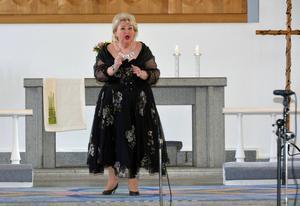 Siv Wennberg sjunger i Sköns kyrka.