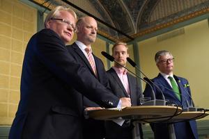 Vilken väg framåt? De fyra partierna i försvarsöverenskommelsen behöver lägga mer pengar redan nästa år... På bilden försvarsminister Peter Hultqvist (S), Daniel Bäckström (C)   Anders Schröder (MP) och Hans Wallmark (M).