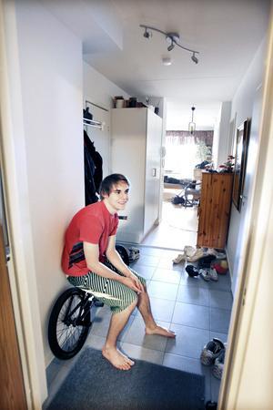 – Jag är väldigt nöjd, trevligt folk och bra utsikt, säger Sebastian Bjureberg om lägenheten i Fullriggaren.