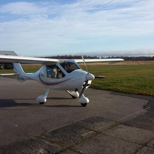 Det här ultralätta motorflygplanet  – SE-VGU Flight Design CTSW – ägs av Västra Gästrike Flygklubb. Flyghastigheten  är upp till 210 kilometer i timmen och räckvidden upp till sex timmar.