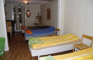 Sovsalen för de manliga nattgästerna står klar. I ett rum intill har de en sovplats för eventuella kvinnliga nattgäster.