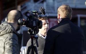 Anders Svensson blir intervjuad av Mittmedia.