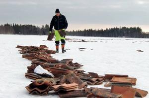 – Det går ofta fort förbi här när skoterförarna kommer från leden och passerar över Näversjön, säger Gunnar Persson som tycker att platsen är högst olämplig för utrangerade tegelpannor.