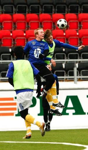 John Bauer-gymnasiet i Östersund förlorade åttondelsfinalen i skol-SM mot Södertälje. 3–5 slutade matchen på Jämtkraft Arena, sedan hemmalaget högst oväntat hämtat upp ett 0–3-underläge från den första halvleken. På bilden når Pontus Englund högst i en luftduell.Foto: Olof Sjödin