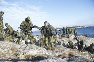 Svenska soldater övar i Stockholms skärgård.