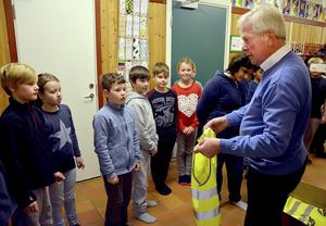 Lars Löfgren delade ut reflexvästar till Björkbackaskolans skolbarn.