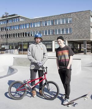 Nils Tjärnström och Oskar Nilsson hoppas att åldergränsen kan bidra till en bättre situation i parken.