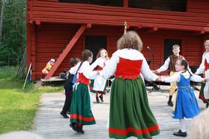 Ängsklockans dansare bjöd på folkdans.