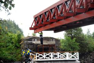 Det var inte enkelt att få den stora bron på exakt rätt plats. Roger Nilsson fick vara med och styra så gott han kunde.