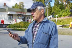 Hans Andersson har inte kunnat nå fram till Telias kundtjänst och felanmält. Samtalet bryts hela tiden.