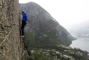 Det lilla industrisamhället Tyssedal skymtar långt under oss när vi klättrar.   Foto: Johan Öberg