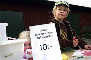 Slutsålt. Loke Bodén sålde över 200 hemmarullade chokladbollar i ett nafs. Snacka om klirr i kassan för en femåring! Lillasyster Livi iakttog och lärde.