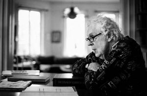 Erland Josephson har slutat på Dramaten, men kärleken till teatern lever vidare. På sitt kontor i våningen i Stockholm sitter han och läser manus och reflekterar över sitt långa liv. Foto: Kjell B Persson