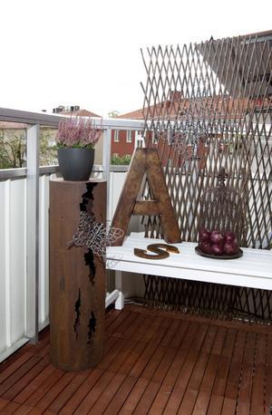 Dekorativt på balkongen. Sabina har nyligen höstskrudat sin balkong, som även har plats för ett bord och två stolar.