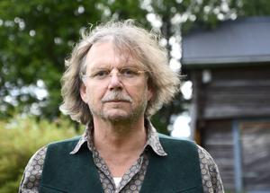 Mikael Rahm firar tjugo år som frilans i länet med en föreställning i Sidsjö bystuga.