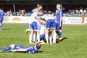 Dennis Sjölén kramas om av lyckliga lagkamrater efter sitt segermål i den 70:e minuten.