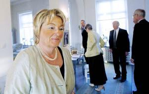 """Värdinnan och landshövdingen Britt Bohlin Olsson hade fullt upp med att hälsa alla gäster välkomna.""""Jag tror att Jämtland har helt unika förutsättningar, oavsett hur länsgränserna ser ut"""", hinner hon säga innan hon fortsätter att ta gäster  i hand."""