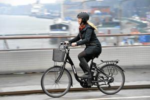 Tror den vuxne att hans huvud tål ett fall från cykeln ner i gatan om olyckan är framme? Statistiken visar att det inte är så, skriver Kjell Mycklén.
