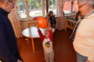 Ballonger. Theo Arrborn, tre år, gillar ballonger och Barndt och May Wetser är hans morfar och mormor.