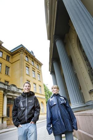 Erika Åberg och Joel Ringh leder kvällens stadsvandring om järnstaden Gävle, och kommer bland annat visa upp utsmyckningen av Börshuset.