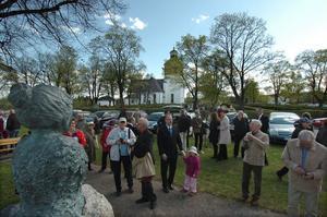 Bysten är vänd mot Bollnäs kyrka. Den och dess verksamhet var viktig för Ingeborg Larzon-Schenström.