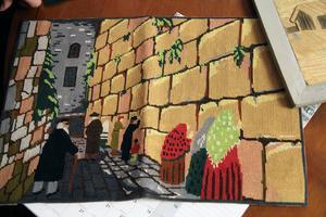 Hur hamnade en broderad bonad som föreställer Klagomuren i Jerusalem i Delsbo? En fråga man definitivt kan ställa i en hembygdsförening.