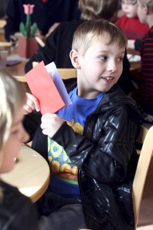 Fick kort. Kalle Gustavsson, i tvåan, har precis fått ett kärleksfullt kort.