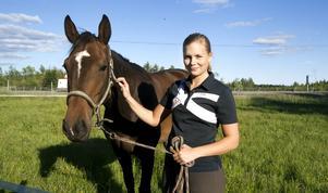 Lisa Silversten, Härnösands Ridklubb, har gått Unghästutbildningen i Flyinge och därefter jobbat med inridning och trimning av yngre förmågor de senaste 2,5 åren. I helgen hoppade hon och sexåriga Astrid till sig en startbiljett i Folksam Scandinavian Open´s 5-åringsklass på Falsterbo senare i sommar.