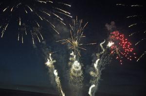 Raketernas krevader spred gnistregn över natthimlen.