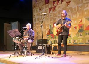 Eisten och sonen Lars i Emson underhöll med bra musik och roliga historier.